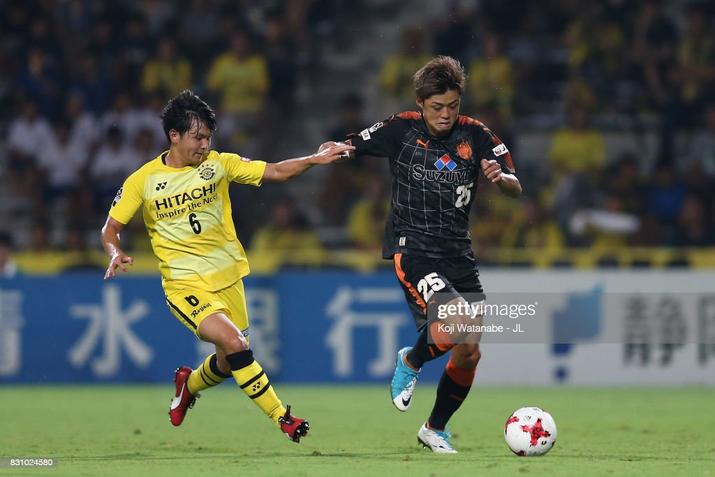 Ko Matsubara of Shimizu S-Pulse and Yusuke Kobayashi of Kashiwa Reysol compete for the ball during the J.League J1 match between Shimizu S-Pulse and Kashiwa Reysol at IAI Stadium Nihondaira on August 13, 2017 in Shizuoka, Japan.