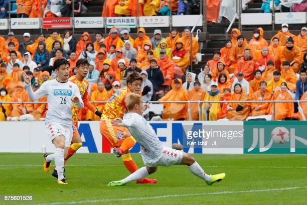 Ko Matsubara of Shimizu SPulse shoots at goal during the JLeague J1 match between Shimizu SPulse and Consadole Sapporo at IAI Stadium Nihondaira on...