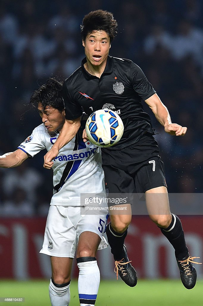 Ko Seulki #7 of Buriram United (R) and <a gi-track='captionPersonalityLinkClicked' href=/galleries/search?phrase=Daiki+Niwa&family=editorial&specificpeople=7755342 ng-click='$event.stopPropagation()'>Daiki Niwa</a> #5 of Gamba Osaka (L) competes for the ball during the Asian Champions League match between Buriram United and Gamba Osaka at Buriram Stadium on April 7, 2015 in Buri Ram, Thailand.