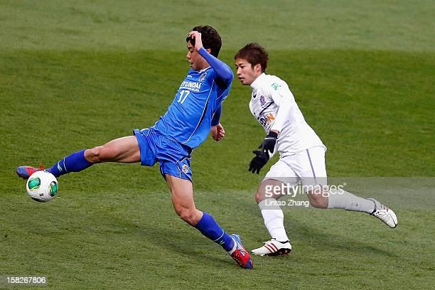 Ko Seulki of Ulsan Hyundai challenges Shusaku Nishikawa of Sanfrecce Hiroshima during the FIFA Club World Cup 5th Place Match match between Ulsan...