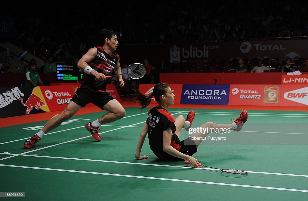 Ko Sung Hyun and Kim Ha Na of Korea compete against Tontowi Ahmad and Liliyana Natsir of Indonesia in the quarter finals match of the 2015 Total BWF World Championship at Istora Senayan on August 14, 2015 in Jakarta, Indonesia.