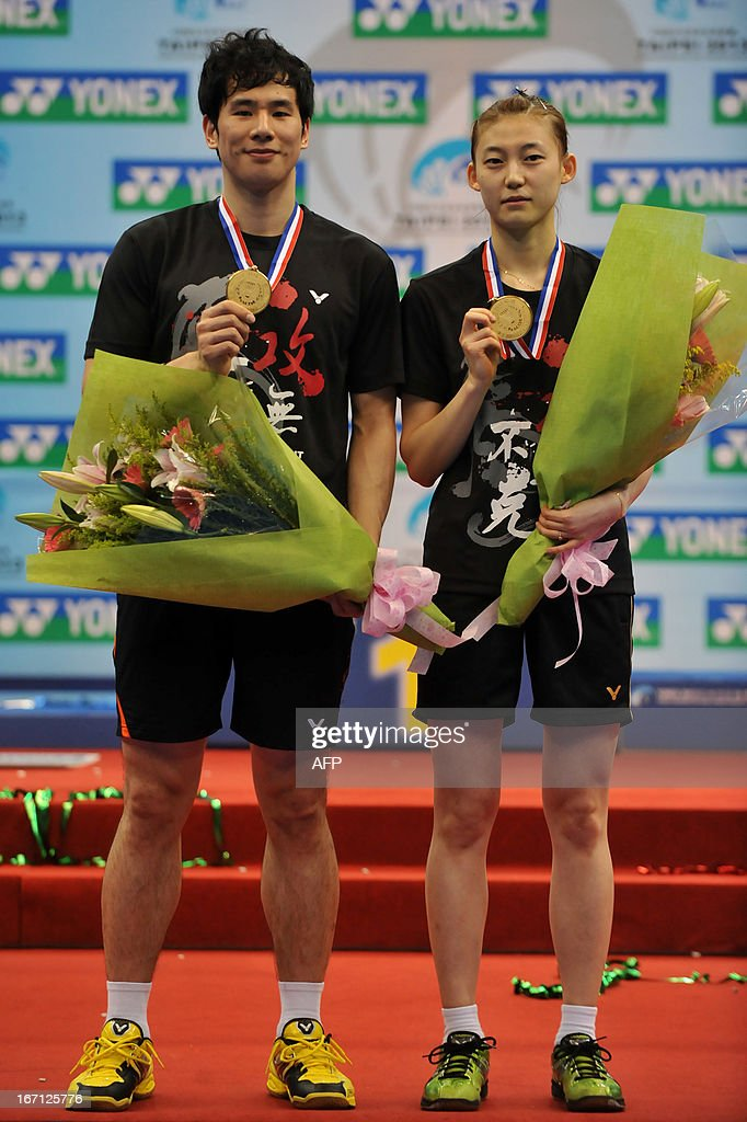 Ko Sung Hyun (L) and Kim Ha Na of South Korea pose with their medal after beating Zhang Nan and Zhao Yunlei of China in their mixed doubles final of the Badminton Asia Championships in Taipei on April 21, 2013. The South Korean won the match 22-20, 21-17. AFP PHOTO / Mandy CHENG
