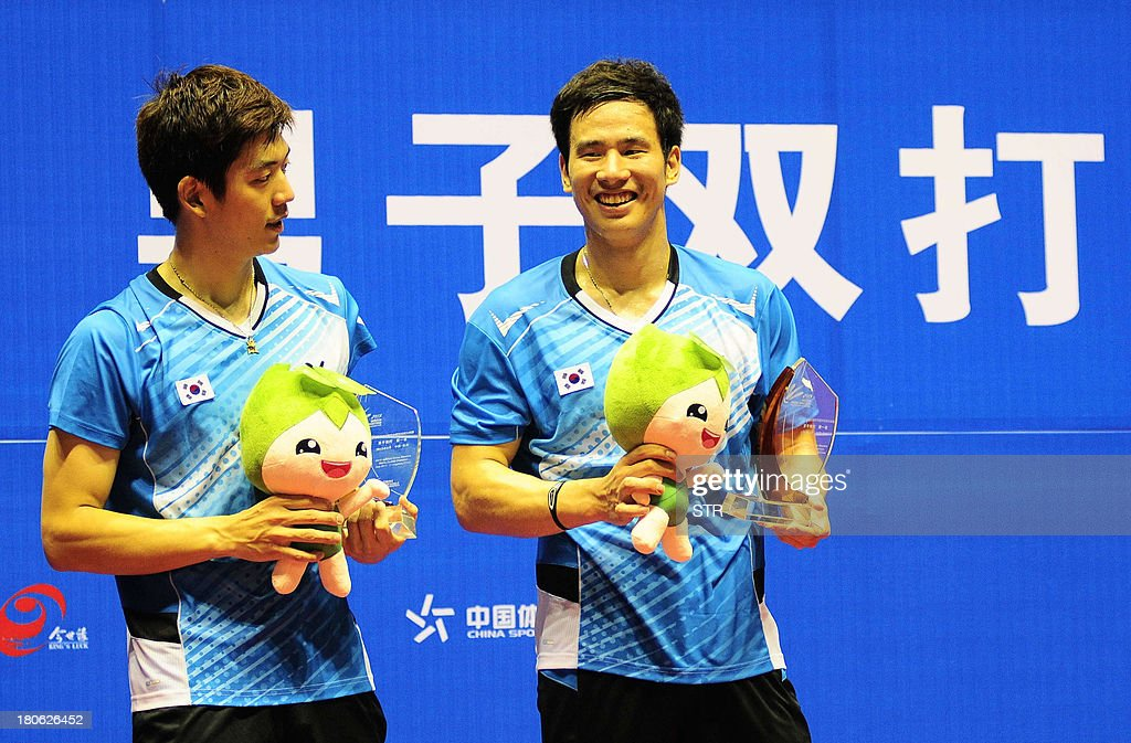 Ko Sung Hyun and Lee Yong Dae (L) of South Korea hold their trophies during the award ceremony after beating Hiroyuki Endo and Kenichi Hayakawa of Japan in the men's doubles final match of the 2013 China Masters in Changzhou, east China's Jiangsu province on September 15, 2013. Ko and Lee won 25-23, 21-19. CHINA