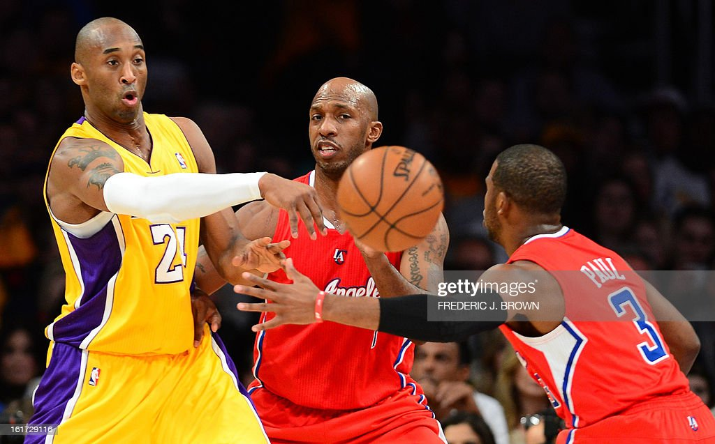 Kobe Bryant (L) of the LA Lakers passes before Chauncey Billups (C) and Chris Paul (R) of the LA Clippers during their NBA game in Los Angeles, California on February 14, 2013. AFP PHOTO / Frederic J. BROWN