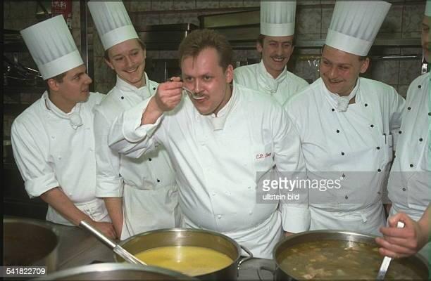 Koch D Chefkoch des Restaurant Barreis inBaiersbronn_ mit seiner Küchenbrigade beimAbschmecken 1995