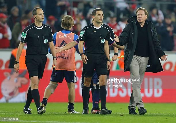 Koeln Germany 1 Bundesliga 9 Spieltag 1 FC Koeln Hamburger SV Cheftrainer Markus Gisdol spricht nach dem Spiel mit Schiedsrichter Benjamin Brand