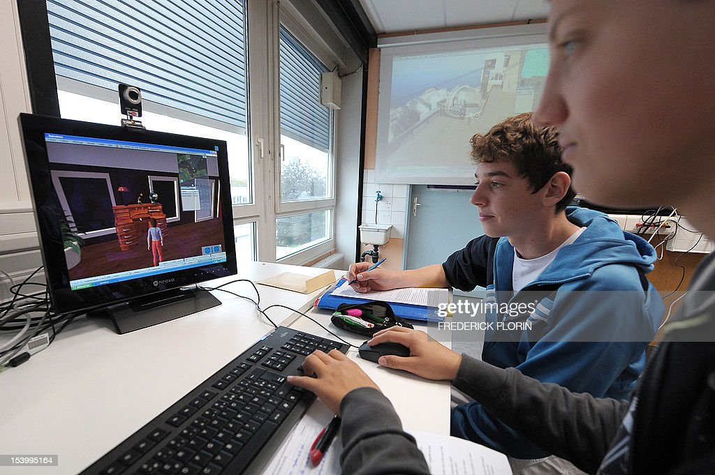 SIMON - Koerbele high school students use a computer software recreating an imaginary city, on October 10, 2012, in Selestat, eastern France. AFP PHOTO/FREDERICK FLORIN
