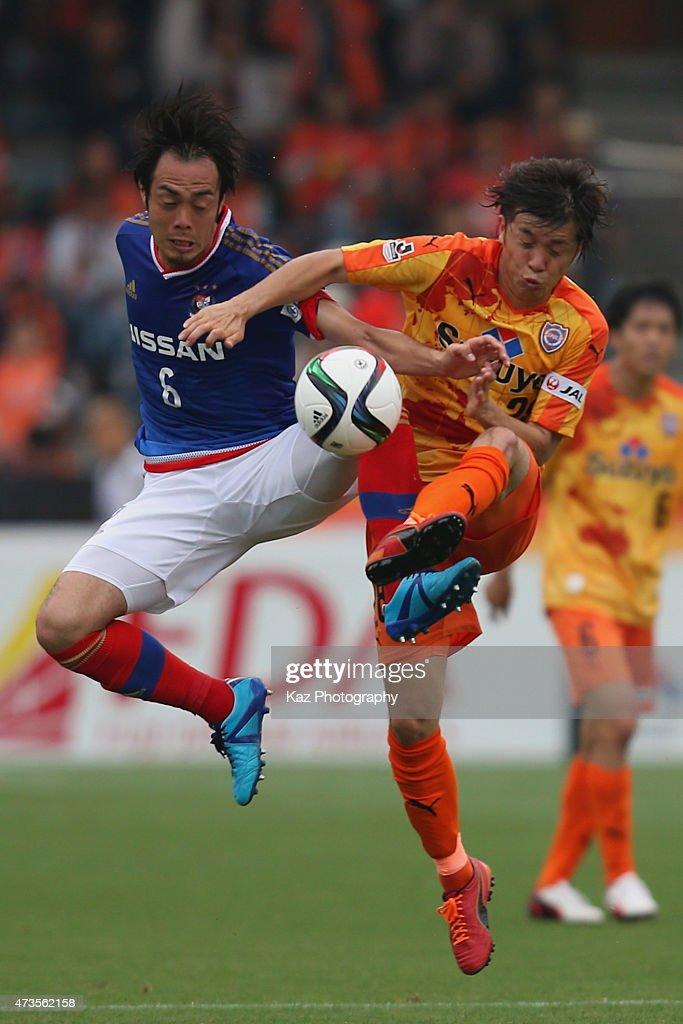 Kohei Hattanda of Shimizu S-Pulse and Yuto Mikado of Yokohama F.Marinos compete for the ball during the J.League match between Shimizu S-Pulse and Yokohama F.Marinos at IAI Stadium Nihondaira on May 16, 2015 in Shizuoka, Japan.