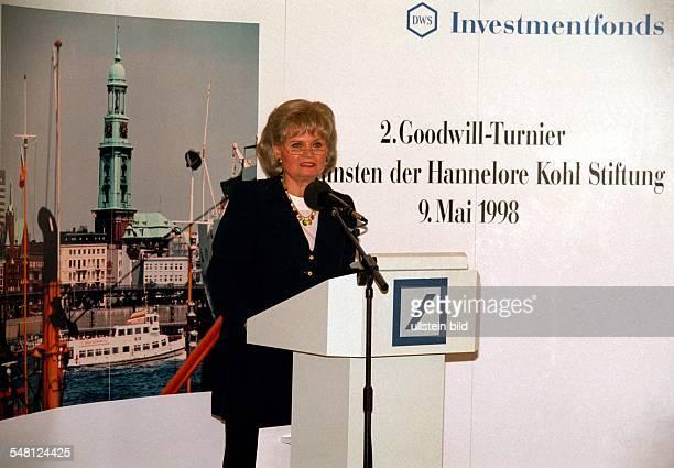 Kohl Hannelore * Dolmetscherin D Ehefrau von Helmut Kohl Bundeskanzler 19821998 Portrait spricht anlaesslich des Zweiten GoodwillBenefizturniers zu...