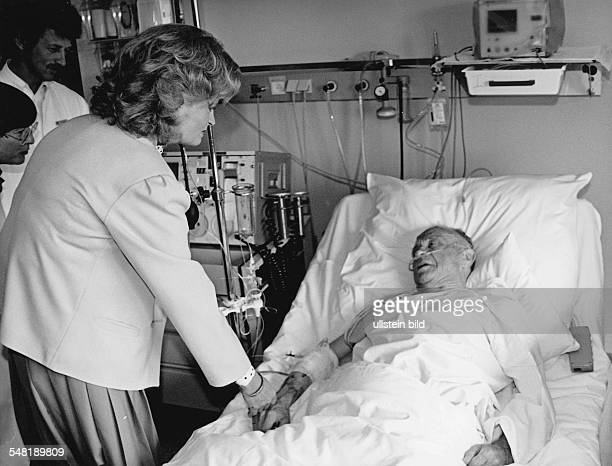 Kohl Hannelore * Dolmetscherin D Ehefrau von Helmut Kohl Bundeskanzler 19821998 als Praesidentin des Kuratoriums ZNS bei einem Krankenbesuch 1986
