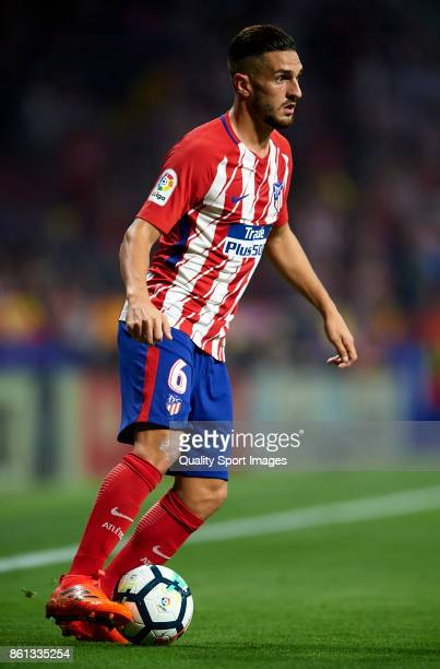 Koke of Atletico Madrid controls the ball during the La Liga match between Atletico Madrid and Barcelona at Estadio Wanda Metropolitano on October 14...