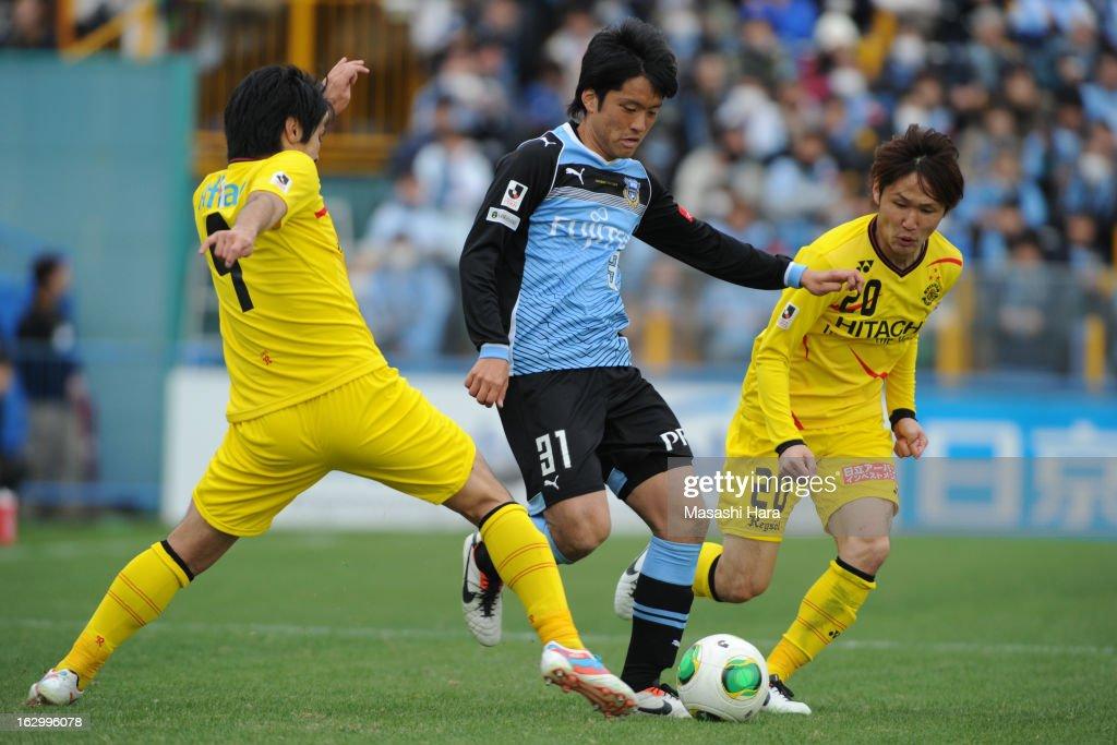 Koki Kazama #31 of Kawasaki Frontale (2R) in action during the J.League match between Kashiwa Reysol and Kawasaki Frontale at Hitachi Kashiwa Soccer Stadium on March 3, 2013 in Kashiwa, Japan.