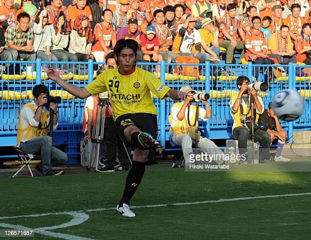 Koki Mizuno of Kashiwa Reysol takes a corner kick during the JLeague match between Kashiwa Reysol and Omiya Ardija at Hitachi Kashiwa Soccer Stadium...