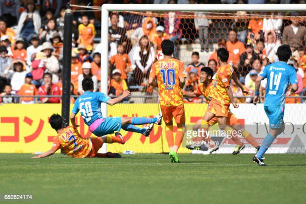 Koki Mizuno of Sagan Tosu scores the first goal during the JLeague J1 match between Shimizu SPulse and Sagan Tosu at IAI Stadium Nihondaira on May 14...