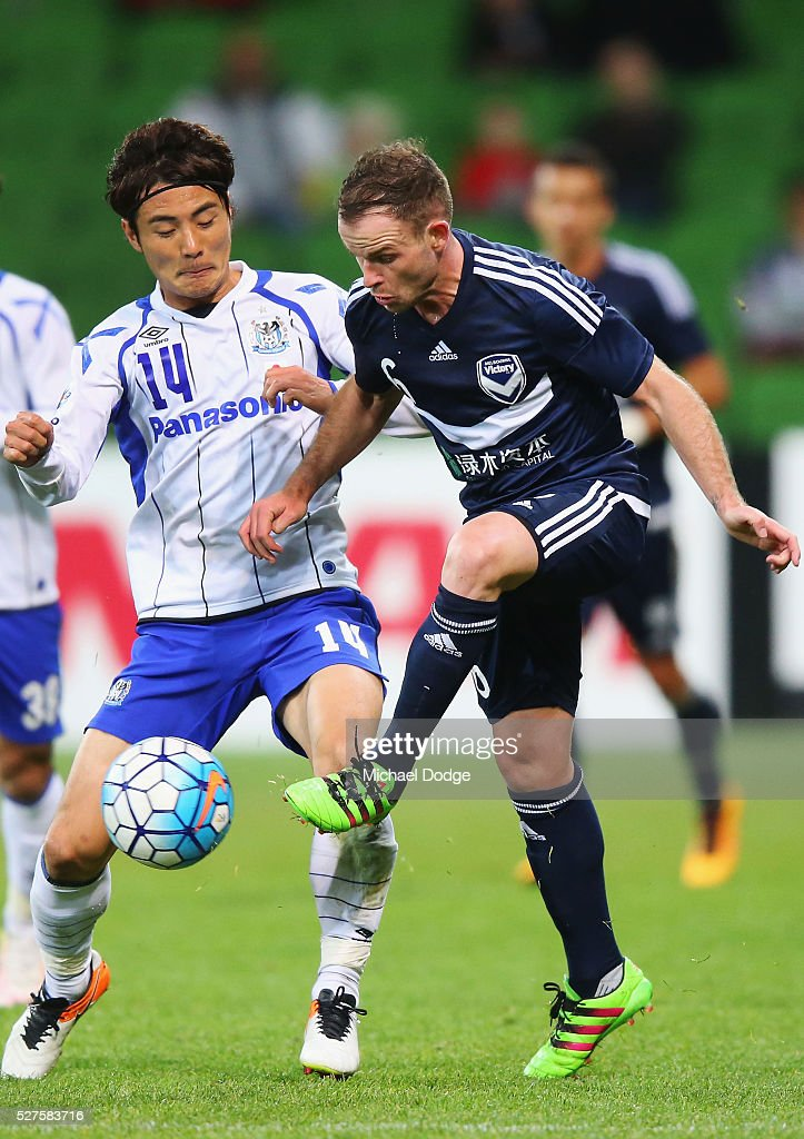 Koki Yonehura of Gamba Osaka (L) and Leigh Broxham of the Victory compete for the ball during the AFC Champions League match between Melbourne Victory and Gamba Osaka at AAMI Park on May 3, 2016 in Melbourne, Australia.