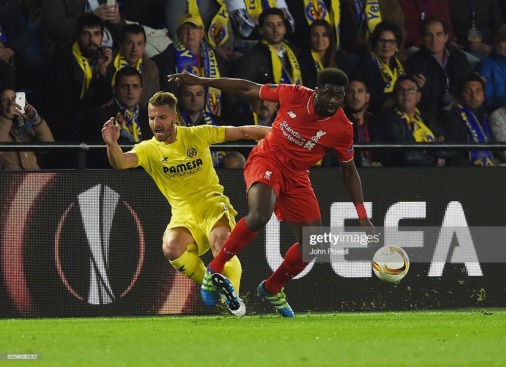 Kolo Toure of Liverpool competes with Roberto Soldado of Villarreal during the UEFA Europa League Semi Final: First Leg match between Villarreal CF and Liverpool on April 28, 2016 in Villarreal, Spain.