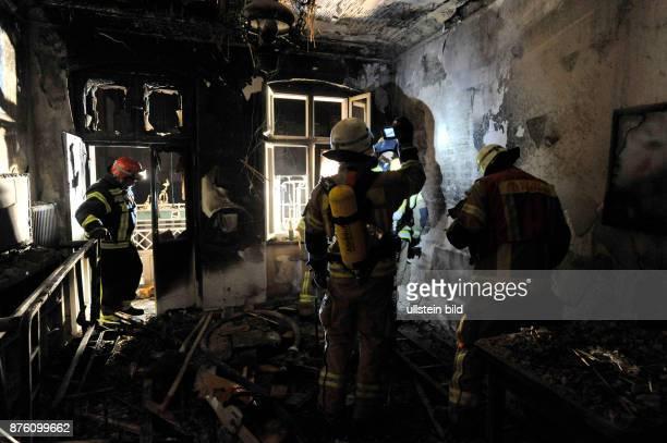 Kontrolle einer Brandwohnung mit der Wärmebildkamera Löscharbeiten der Berliner Feuerwehr bei einem Wohnungsbrand in BerlinPrenzlauer Berg