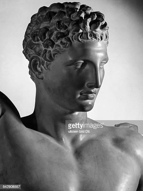 Kopf der Statue des Götterboten Hermes des griechischen Bildhauers Praxitelesum 340 v ChrMuseum in Olympia / Griechenland Aufnahme 1940