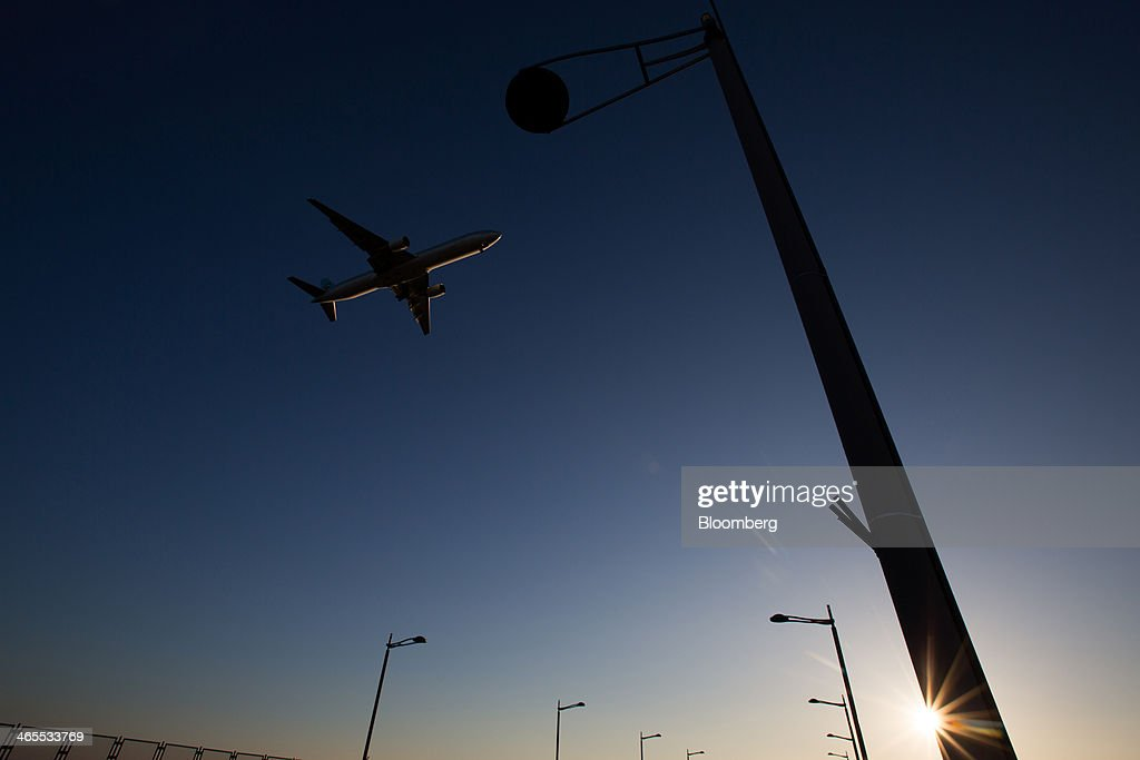 A Korean Air Lines Co. passenger aircraft approaches to land at Incheon International Airport in Incheon, South Korea, on Sunday, Jan. 26, 2014. Korean Air, the nation's biggest carrier, is scheduled to report full-year results on Feb. 3. Photographer: SeongJoon Cho/Bloomberg via Getty Images