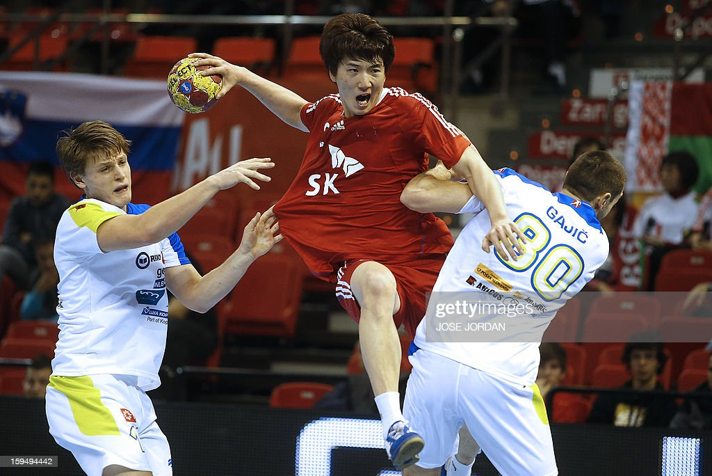 Korea's centre back Jeong Yi-Kyeong (C) vies with Slovenia's right back Jure Dolenec and Slovenia's right wing Dragan Gajic (R) during the 23rd Men's Handball World Championships preliminary round Group C match South Korea vs Slovenia at the Pabellon Principe Felipe in Zaragoza on January 14, 2013.