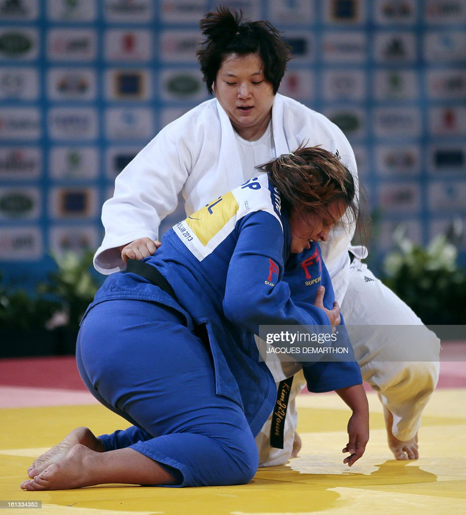 Korea's Kim Jiyoun (white) fights against Spain's Sara Conejero Lozano (blue) on February 10, 2013 in Paris, during the eliminatories of the Women +78kg of the Paris Judo Grand Slam tournament.