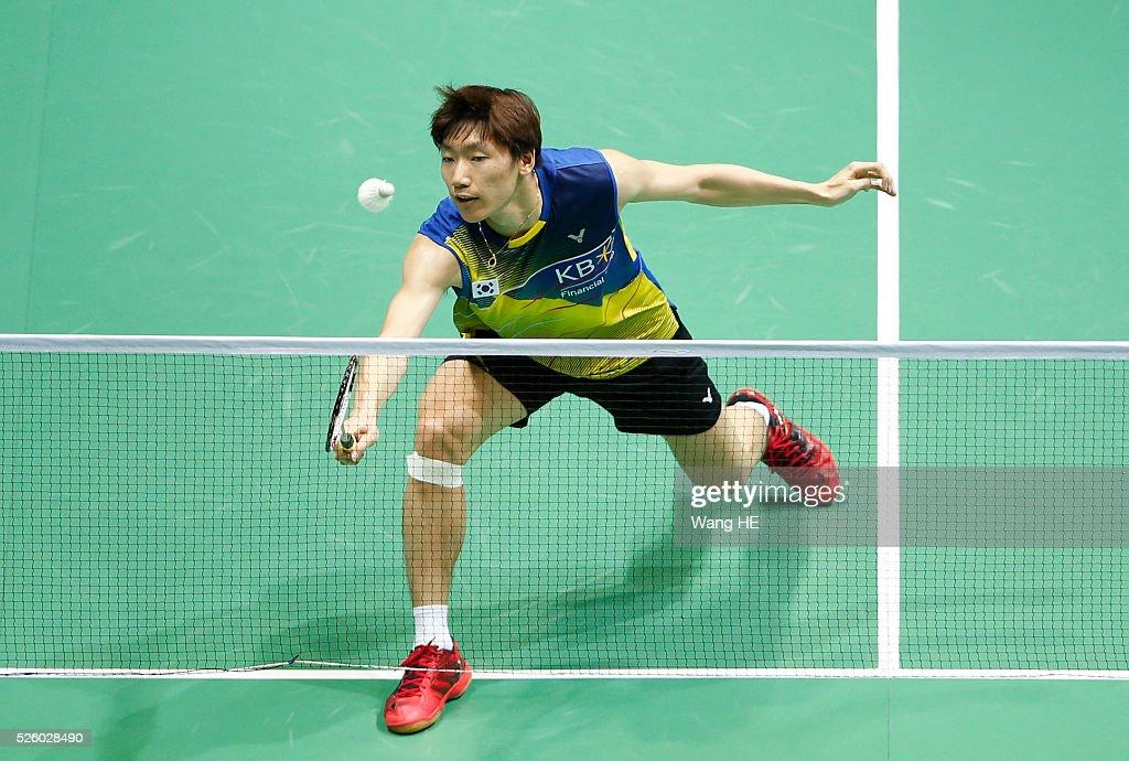 Korea's Lee Dong Keun returns a shot to Lin Dan of china during the 2016 Asia badminton championship in Wuhan,Hubei province, China, April 29, 2016.