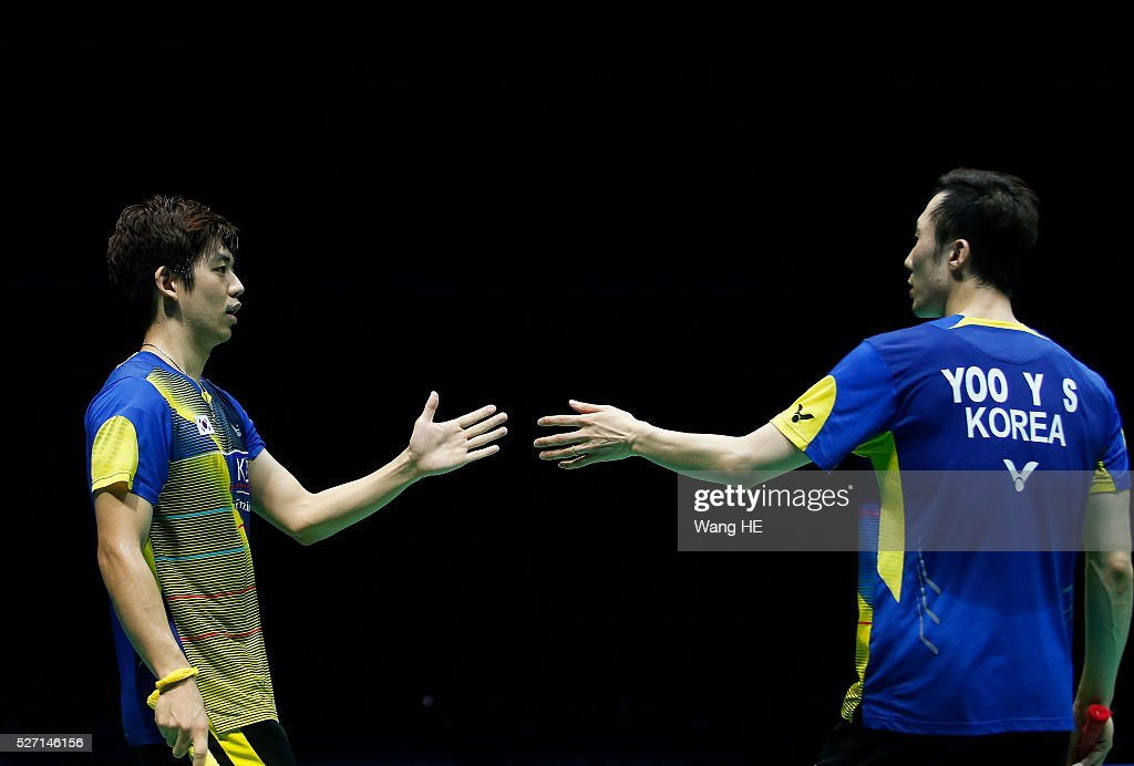 Korea's Lee Yong Dae (L) and Yoo Yeon Seong react during the men's doubles final match against Li Junhui and Liu Yuchen of China during their men's doubles final match at the 2016 Badminton Asia Championships in Wuhan, central China's Hubei province on May 1, 2016.