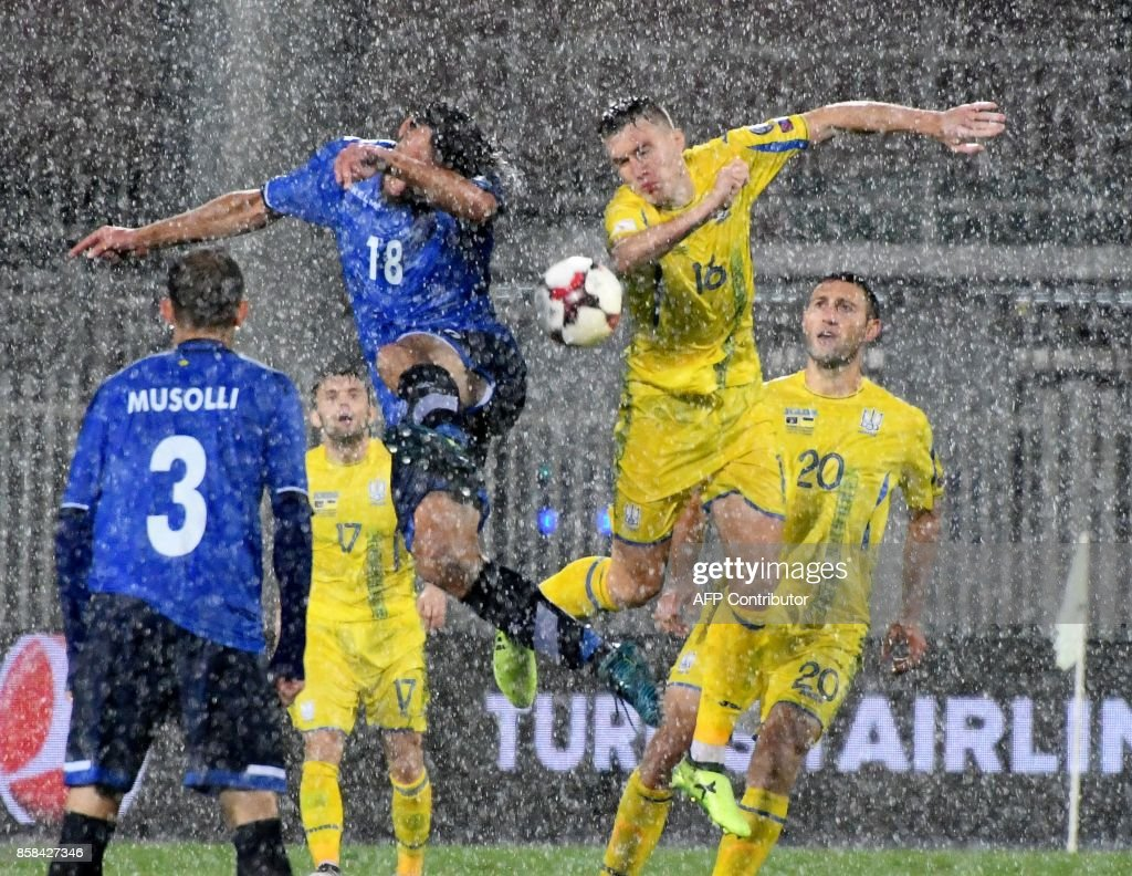 TOPSHOT - Kosovo's forward Vedat Muriqi (L) fights for the ball with Ukraine's midfielder Serhiy Sydorchuk (R) during the FIFA World Cup 2018 qualification football match between Kosovo and Ukraine at The Loro Borici Stadium in Shkoder on October 6, 2017. / AFP PHOTO / Gent SHKULLAKU
