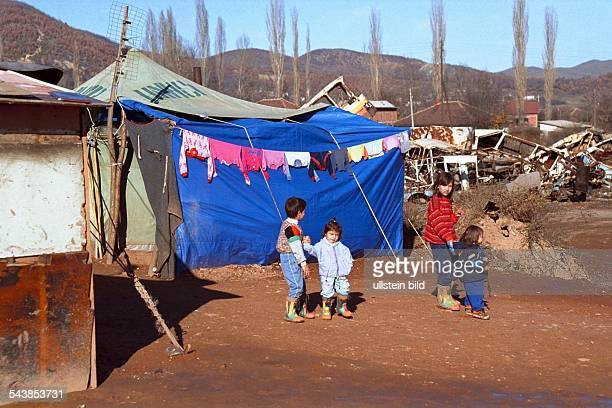 Kosovska Mitrovica Kosovo UNHCR hat im serbischen Teil von Mitrovica ein Zeltlager für Roma Flüchtlinge aufgebaut Albaner hatten den Clan aus ihrem...