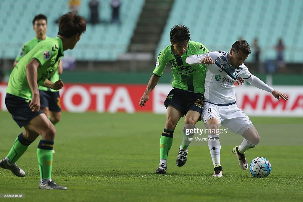 Kosta Barbarouses of Melbourne Victory and Choi Chul-Soon of Jeonbuk Hyundai Motors compete for the ball during the AFC Champions League Round Of 16 match between Jeonbuk Hyundai Motors and Melbourne Victory at Jeonju World Cup Stadium on May 24, 2016 in Jeonju, South Korea.