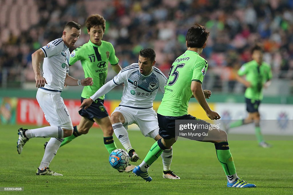 Kosta Barbarouses of Melbourne Victory and Lim Jong-Eun of Jeonbuk Hyundai Motors compete for the ball during the AFC Champions League Round Of 16 match between Jeonbuk Hyundai Motors and Melbourne Victory at Jeonju World Cup Stadium on May 24, 2016 in Jeonju, South Korea.