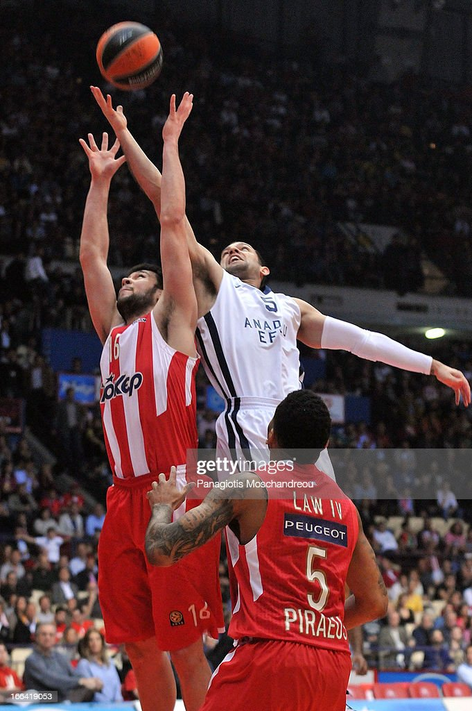 Kostas Papanikolau, #16 of Olympiacos Piraeus competes with <a gi-track='captionPersonalityLinkClicked' href=/galleries/search?phrase=Jordan+Farmar&family=editorial&specificpeople=228137 ng-click='$event.stopPropagation()'>Jordan Farmar</a>, #5 of Anadolu Efes Istanbul during the Turkish Airlines Euroleague 2012-2013 Play Offs game 2 between Olympiacos Piraeus v Anadolu Efes Istanbul at Peace and Friendship Stadium on April 12, 2013 in Athens, Greece.