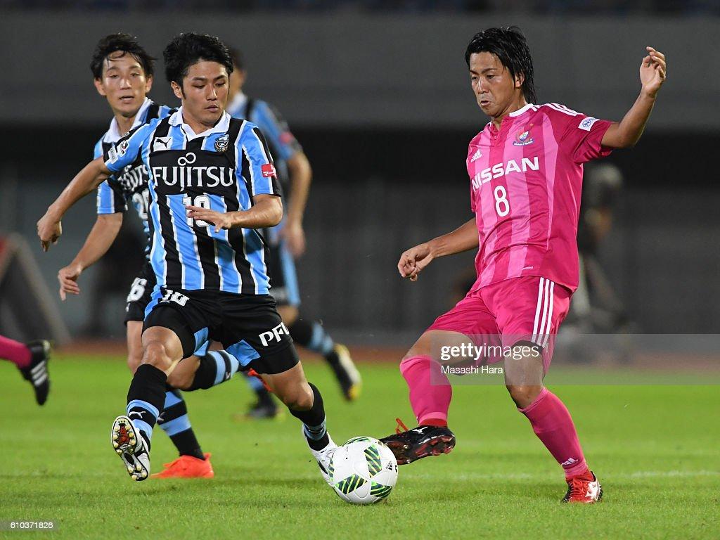 Kosuke nakamachi #8 of Yokohama F.Marinos in action during the J.League match between Kawasaki Frontale and Yokohama F.Marinos at the Todoroki Stadium on September 25, 2016 in Kawasaki, Japan.