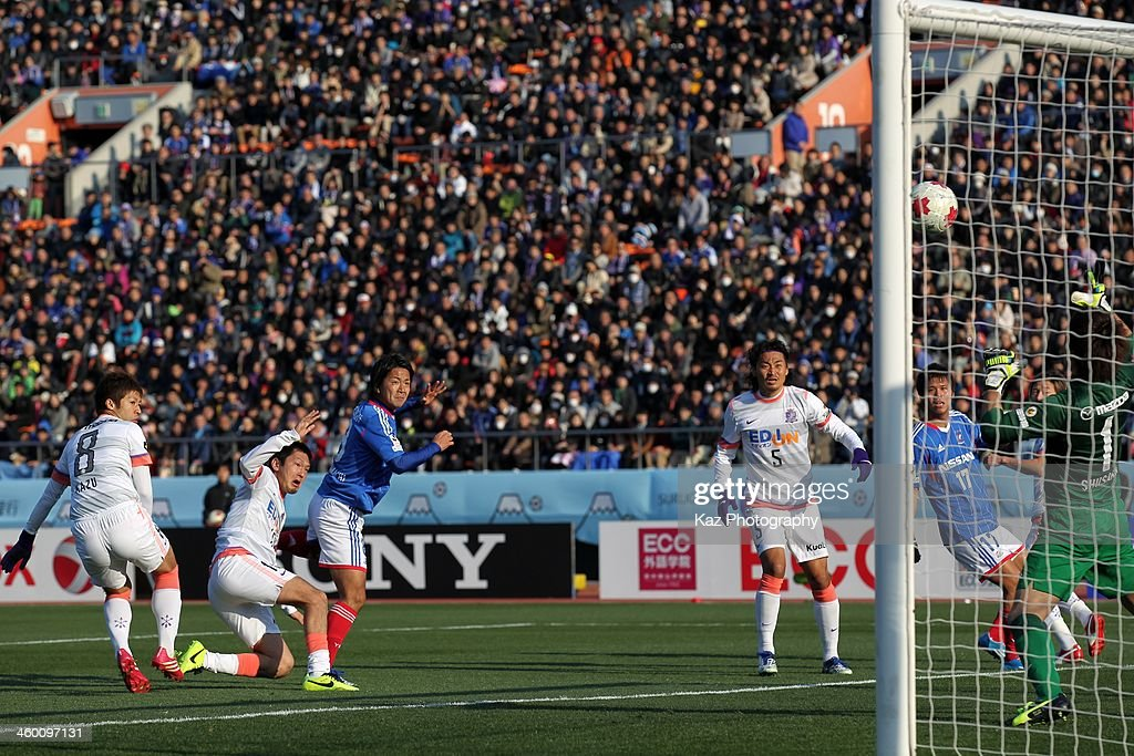 Kosuke Nakamachi (3rd L) of Yokohama F.Marinos shots at goal during the 93rd Emperor's Cup final between Yokohama F.Marinos and Sanfrecce Hiroshima at the National Stadium on January 1, 2014 in Tokyo, Japan.