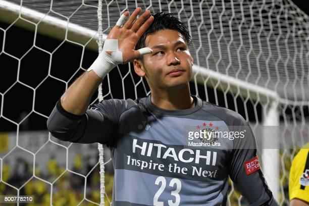 Kosuke Nakamura of Kashiwa Reysol applauds supporters after the JLeague J1 match between Kashiwa Reysol and Consadole Sapporo at Hitachi Kashiwa...