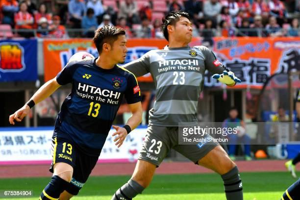 Kosuke Nakamura of Kashiwa Reysol in action during the JLeague J1 match between Albirex Niigata and Kashiwa Reysol at Denka Big Swan Stadium on April...