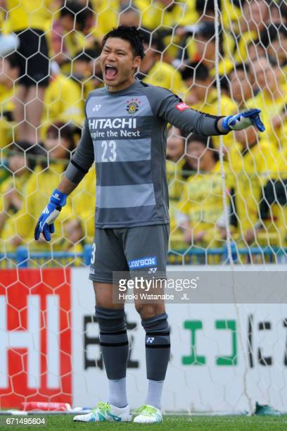 Kosuke Nakamura of Kashiwa Reysol instructs team mates during the JLeague J1 match between Kashiwa Reysol and Yokohama FMarinos at Hitachi Kashiwa...