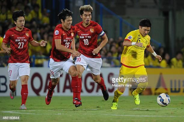 Kosuke Taketomi of Kashiwa Reysol in action during the AFC Champions League quarter final match between Kashiwa Reysol and Guangzhou Evergrande at...