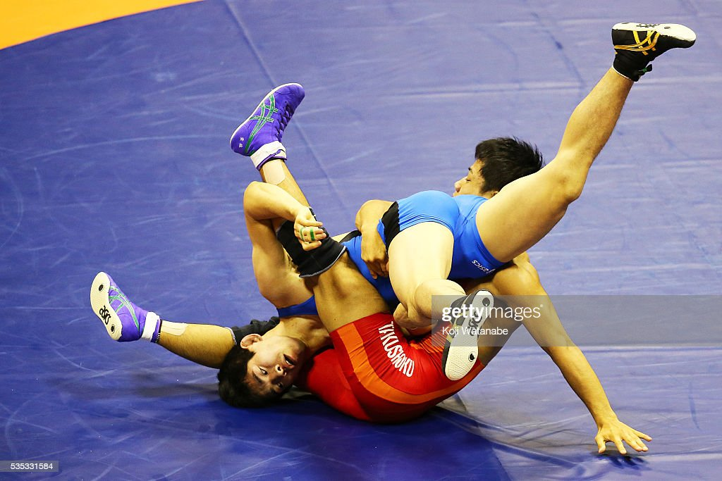 Kotaro Tanaka (blue) competes in the Men's 65kg free style semi Fainal match against Daichi Takaya (red) during the All Japan Wrestling Championships at Yoyogi National Gymnasium on May 29, 2016 in Tokyo, Japan.