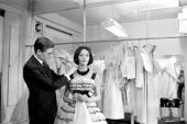 Kouka Featured Model Of Dior Yves SAINT LAURENT styliste de la maison Dior met la dernière touche sur une robe que porte le mannequin Kouka DENIS 1959