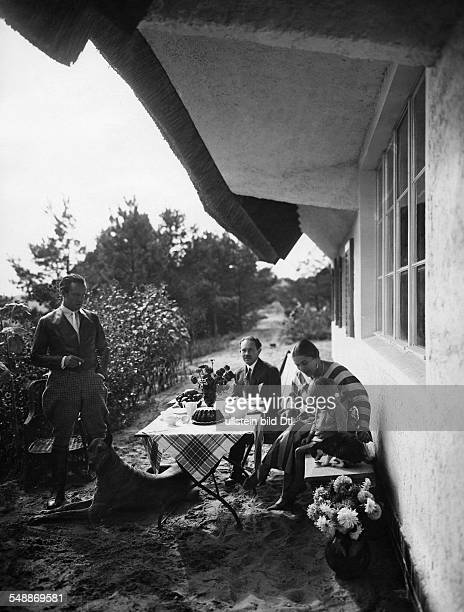 Krauskopf Bruno Painter Graphic Artist Germany *09031892 with his family in front of his house in Saarow 1926 Photographer Lili Baruch Vintage...