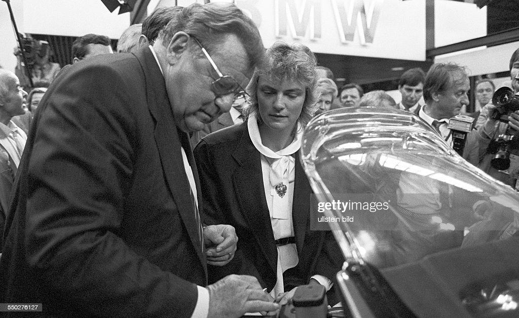 Kreditvermittler zur Messe eingereist Leipzig DDR 01 09 1985 Foto FranzJosef Strauß Tochter Monika Hohlmeier auf dem Stand von BMW Die durch Bayerns...