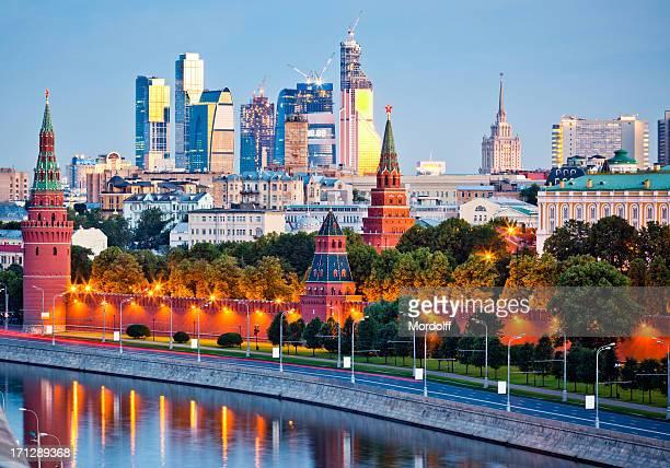 Mur de Kremlin et la rivière Moskova en matin