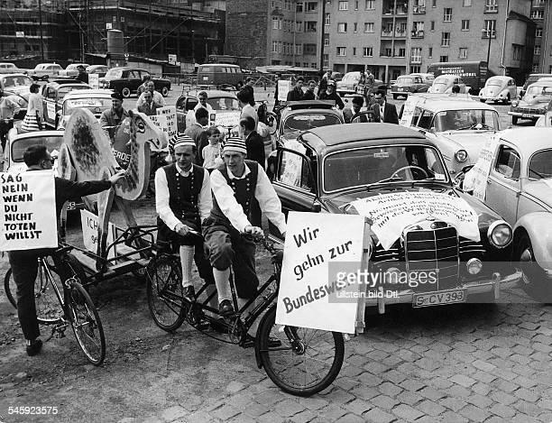 Kriegsdienstverweigerer demonstrierenmit einer Fahrt von Frankfurt am Mainnach Offenbach gegen Krieg Atomrüstungund Bundeswehr die Demonstranten...