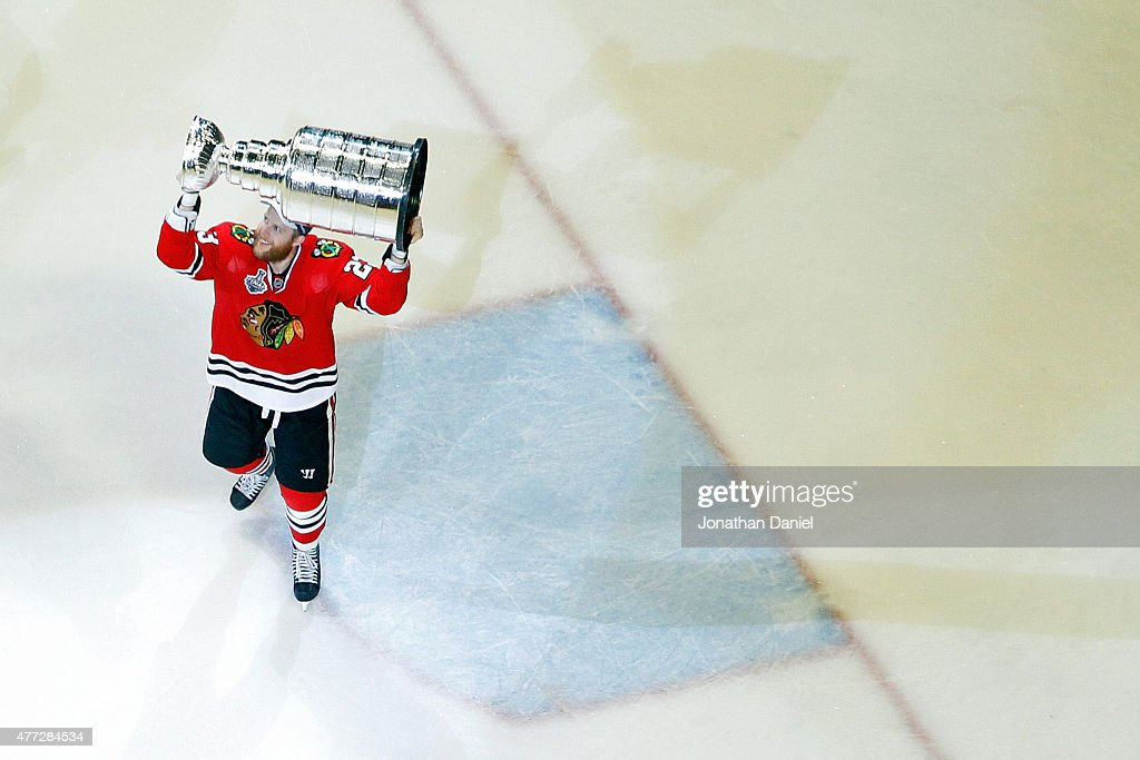 <a gi-track='captionPersonalityLinkClicked' href=/galleries/search?phrase=Kris+Versteeg&family=editorial&specificpeople=2242969 ng-click='$event.stopPropagation()'>Kris Versteeg</a> #23 of the Chicago Blackhawks celebrates by hoisting the Stanley Cup after defeating the Tampa Bay Lightning by a score of 2-0 in Game Six to win the 2015 NHL Stanley Cup Final at the United Center on June 15, 2015 in Chicago, Illinois.