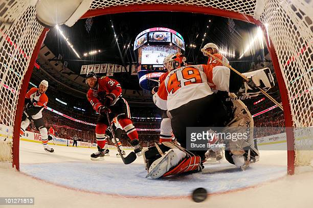 Kris Versteeg of the Chicago Blackhawks scores a goal past Michael Leighton of the Philadelphia Flyers in the second period of Game One of the 2010...