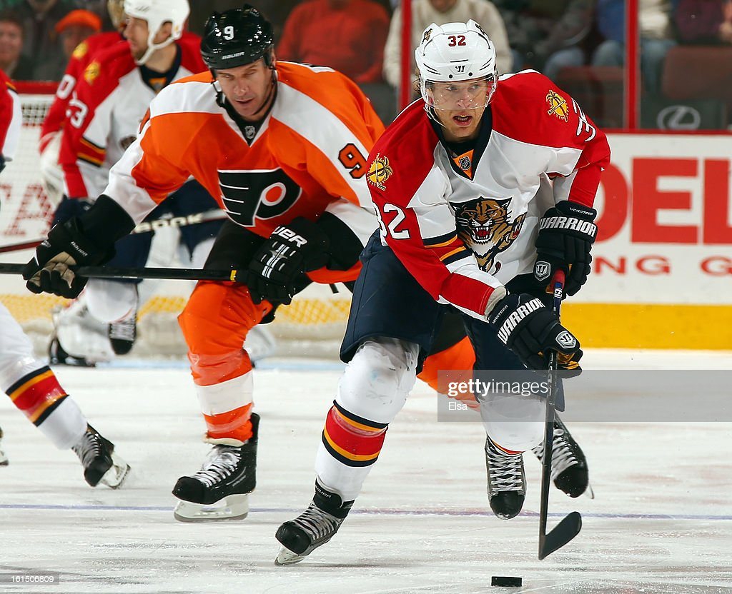 Kris Versteeg #32 of the Florida Panthers takes the puck as Mike Knuble #9 of the Philadelphia Flyers defends on February 5, 2013 at the Wells Fargo Center in Philadelphia, Pennsylvania. The Florida Panthers defeated the Philadelphia Flyers 3-2 in an overtime shootout.