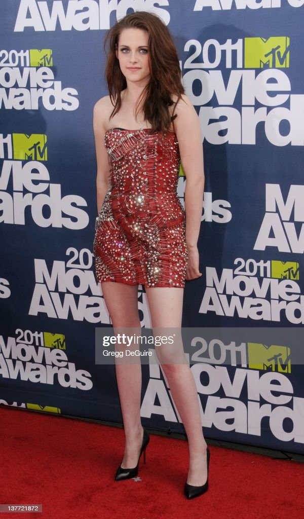 <a gi-track='captionPersonalityLinkClicked' href=/galleries/search?phrase=Kristen+Stewart&family=editorial&specificpeople=2166264 ng-click='$event.stopPropagation()'>Kristen Stewart</a> arrives at the 2011 MTV Movie Awards at the Gibson Amphitheatre on June 5, 2011 in Universal City, California.