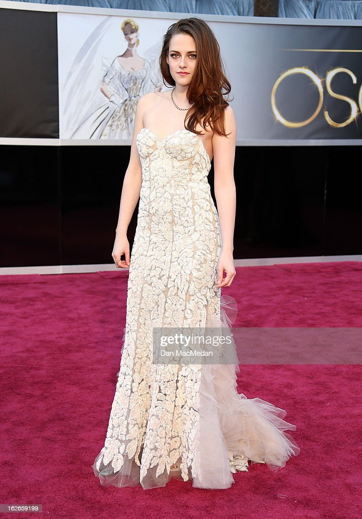 Kristen Stewart arrives at the 85th Annual Academy Awards at Hollywood & Highland Center on February 24, 2013 in Hollywood, California.