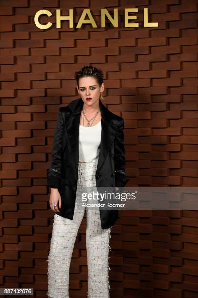 Kristen Stewart arrives for the Chanel Collection Metiers d'Art Paris Hamburg 2017/18 at The Elbphilharmonie on December 6 2017 in Hamburg Germany